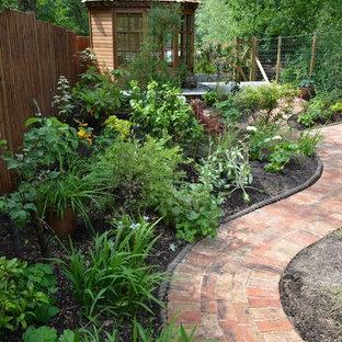 Idéer för en liten klassisk bakgård i skuggan på sommaren