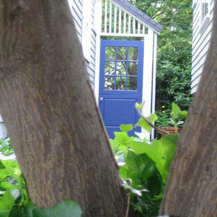 Foto di un piccolo giardino american style in ombra dietro casa in inverno con un ingresso o sentiero e pavimentazioni in mattoni