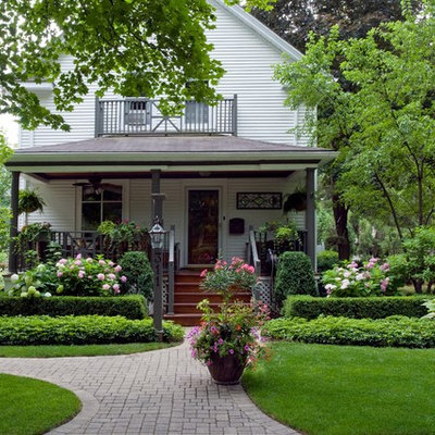 Inspiration for a traditional front yard landscaping in Chicago for summer.