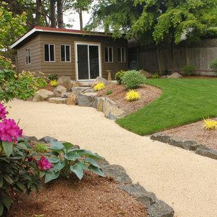 Cette photo montre un jardin arrière tendance de taille moyenne avec un gravier de granite.