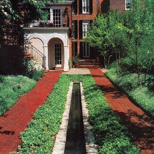 Klassischer Garten mit Wasserspiel in Portland