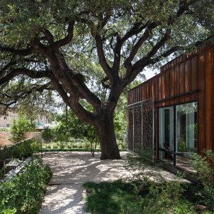 Großer, Schattiger Moderner Garten im Sommer, neben dem Haus mit Wüstengarten und Granitsplitt in Austin