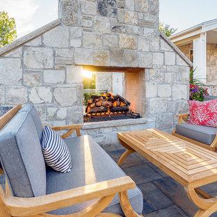 Geräumiger Klassischer Garten hinter dem Haus mit Kamin und Betonplatten in Salt Lake City