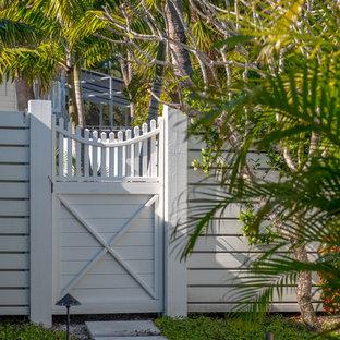 Aménagement d'un xéropaysage latéral bord de mer de taille moyenne et l'été avec une entrée ou une allée de jardin, une exposition partiellement ombragée et des pavés en béton.