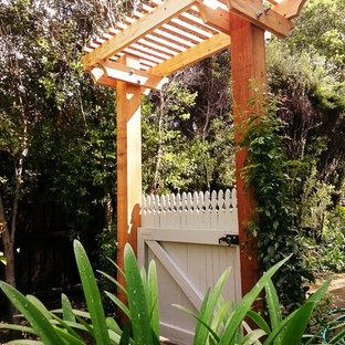 Aménagement d'un petit jardin à la française arrière craftsman au printemps avec une entrée ou une allée de jardin, une exposition partiellement ombragée et des pavés en pierre naturelle.