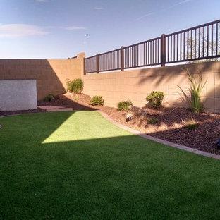 Ejemplo de jardín de secano, tradicional, pequeño, en patio trasero, con exposición parcial al sol y adoquines de ladrillo
