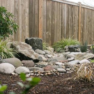 Foto di un giardino american style esposto a mezz'ombra di medie dimensioni e dietro casa in inverno con fontane
