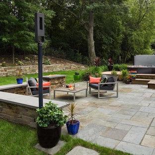 Kleiner, Halbschattiger Moderner Garten im Sommer, hinter dem Haus mit Kamin und Natursteinplatten in Minneapolis