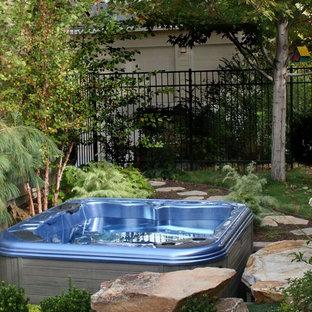 Ispirazione per un giardino classico dietro casa e di medie dimensioni con pavimentazioni in pietra naturale