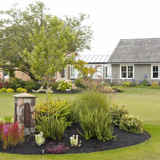 50 Best Farmhouse Front Yard Landscaping Pictures ... on Farmhouse Backyard Landscaping id=66320