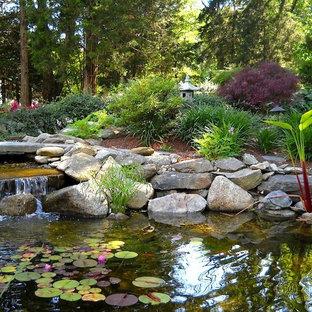 Inspiration pour un jardin à la française arrière asiatique de taille moyenne et l'été avec un point d'eau, une exposition ombragée et des pavés en pierre naturelle.