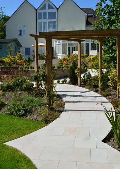 Traditional Garden by Unique Landscapes Ltd