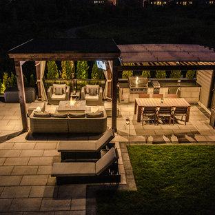 Cette image montre un grand jardin à la française arrière design l'été avec un point d'eau, une exposition ombragée et des pavés en pierre naturelle.