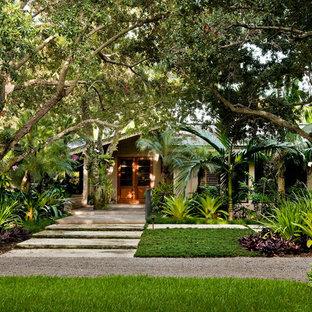 Diseño de jardín tropical en patio delantero