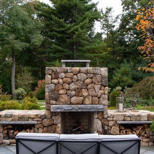 Mittelgroßer Klassischer Garten hinter dem Haus mit Kamin, direkter Sonneneinstrahlung und Natursteinplatten in Boston