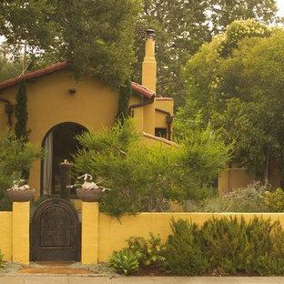 На фото: участок и сад на переднем дворе в средиземноморском стиле с