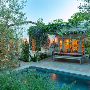 ロサンゼルスの小さい地中海スタイルのおしゃれな裏庭 (半日向、天然石敷き) の写真