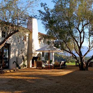 Mittelgroßer, Schattiger Mediterraner Garten im Winter mit Kamin in Santa Barbara