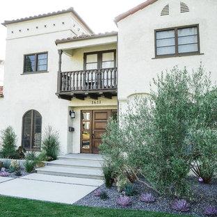 ロサンゼルスの広い地中海スタイルのおしゃれな前庭の写真