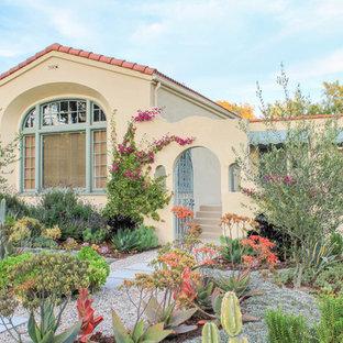 Imagen de camino de jardín de secano, de estilo americano, de tamaño medio, en patio delantero, con exposición total al sol y adoquines de hormigón
