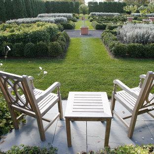 Geometrischer, Großer Klassischer Garten hinter dem Haus mit Kübelpflanzen in New York