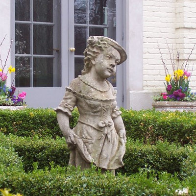 Inspiration for a mid-sized traditional partial sun courtyard landscaping in Chicago for spring.