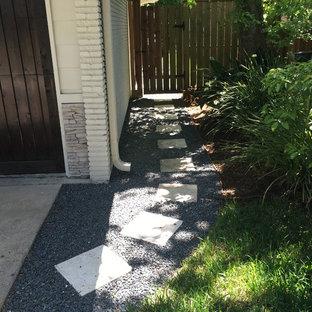 Inspiration pour un grand jardin avant traditionnel l'été avec des pavés en béton, une entrée ou une allée de jardin et une exposition partiellement ombragée.