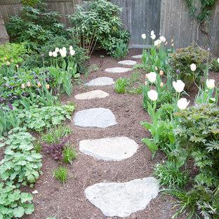 Ispirazione per un giardino chic con un ingresso o sentiero e pavimentazioni in pietra naturale