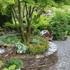 Traditional Landscape by Avalon Northwest Landscape, LLC
