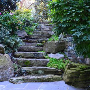 Idée de décoration pour un grand jardin arrière tradition avec une entrée ou une allée de jardin, une exposition partiellement ombragée et des pavés en pierre naturelle.