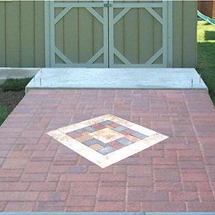 Foto di un piccolo vialetto minimal in ombra dietro casa con pavimentazioni in mattoni