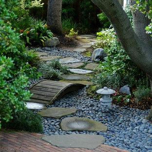 Schattiger Klassischer Garten hinter dem Haus mit Wasserspiel und Flusssteinen in San Francisco