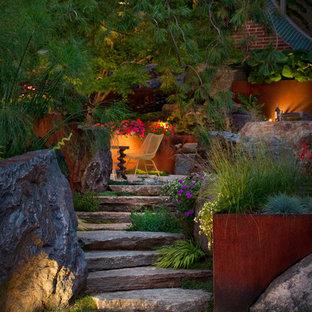 На фото: участок и сад среднего размера на заднем дворе в стиле лофт с покрытием из каменной брусчатки с