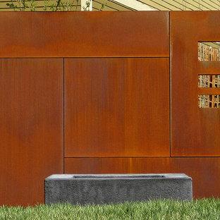 Inspiration pour un jardin urbain avec un foyer extérieur.