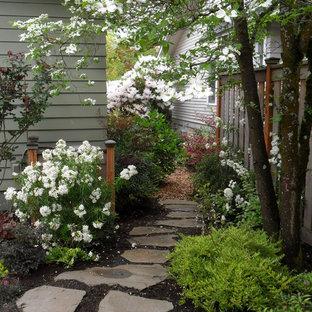 Kleiner, Halbschattiger Klassischer Garten im Frühling, hinter dem Haus mit Gartenweg und Natursteinplatten in Portland