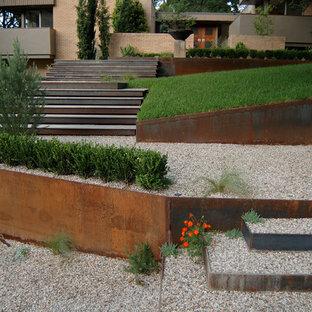 Идея дизайна: участок и сад в современном стиле с подпорной стенкой