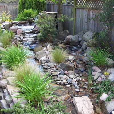 Inspiration for a traditional landscaping in Portland.