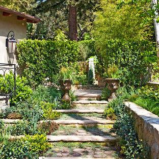 Asiatischer Hanggarten mit Natursteinplatten in Los Angeles