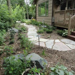 Ejemplo de camino de jardín clásico, de tamaño medio, en patio trasero, con adoquines de piedra natural