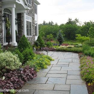 Esempio di un ampio giardino minimal esposto in pieno sole davanti casa con un ingresso o sentiero e pavimentazioni in pietra naturale