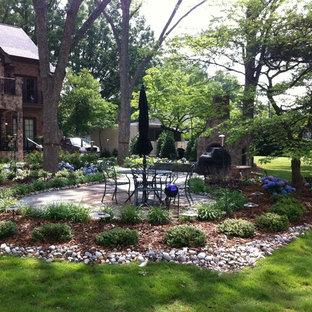 Großer, Halbschattiger Klassischer Garten hinter dem Haus mit Kamin und Natursteinplatten in Charlotte