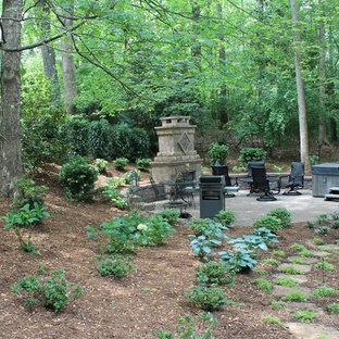 Große, Halbschattige Klassische Gartenkamin hinter dem Haus mit Natursteinplatten in Charlotte