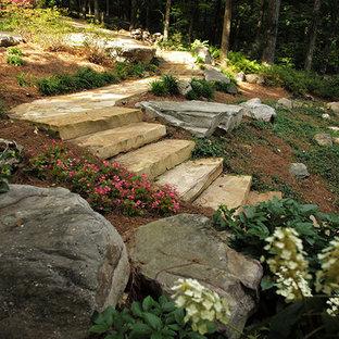 Modelo de camino de jardín tradicional, grande, en primavera, en ladera, con exposición parcial al sol y adoquines de piedra natural