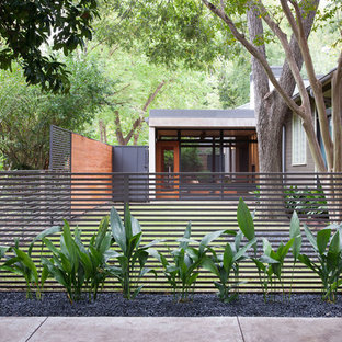 Photo of a modern front yard gravel landscaping in Austin.
