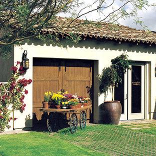 На фото: с высоким бюджетом большие весенние участки и сады на заднем дворе в средиземноморском стиле с полуденной тенью