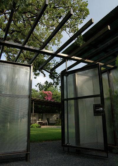 Contemporary Garden by D-CRAIN Design and Construction