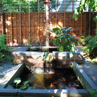 Idée de décoration pour un petit jardin design l'été avec un point d'eau, une exposition ombragée et des pavés en pierre naturelle.