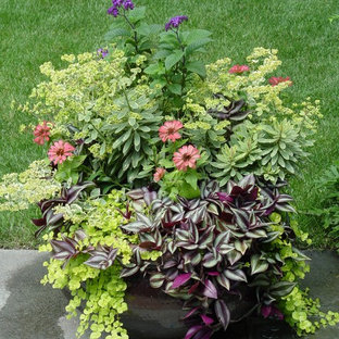 Inspiration for an eclectic partial sun courtyard landscaping in Chicago for summer.