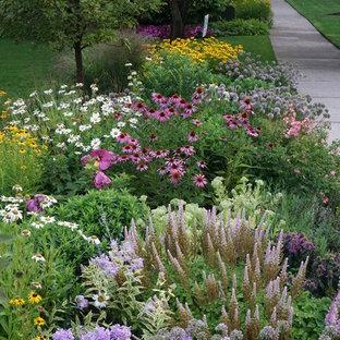 На фото: большие геометрические участки и сады на переднем дворе в классическом стиле с садовой дорожкой или калиткой, полуденной тенью и покрытием из каменной брусчатки