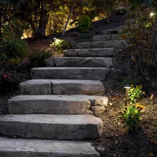 Imagen de camino de jardín francés, tradicional, de tamaño medio, en ladera, con exposición reducida al sol y adoquines de piedra natural